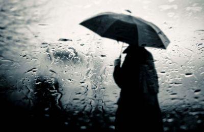 Την Παρασκευή ο καιρός θα είναι κατά διαστήµατα µερικώς συννεφιασµένος και αναµένονται τοπικές βροχές και µεµονωµένες καταιγίδες.