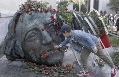 Οι πύλες άνοιξαν στις 9.30 το πρωί και άνθρωποι όλων των ηλικιών μπαίνουν στον προαύλιο χώρο για να αφήσουν λουλούδια στο «Κεφάλι»