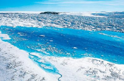 Λίμνες λιωμένου πάγου στη Γροιλανδία. Οι επιστήμονες αναρωτιούνται πλέον εάν όσα ζοφερά προβλέπονται για το μέλλον είναι υπερβολικά ήπια.