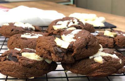 Όταν βγάλουμε τη λαμαρίνα απ' τον φούρνο, τα μπισκότα φαίνονται ωμά, αλλά δεν πρέπει να ανησυχήσουμε, γιατί όταν κρυώσουν θα είναι τέλεια