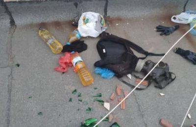 Στην ταράτσα βρέθηκαν μολότοφ, αντιασφυξιογόνες μάσκες, γάντια, πέτρες και άλλα αντικείμενα