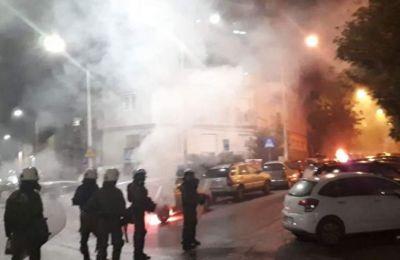 Από τις μολότοφ προκλήθηκε πυρκαγιά σε δύο σταθμευμένα αυτοκίνητα.