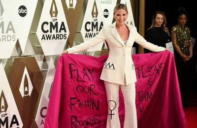Επιλέγοντας να φορέσει ένα ιδιαίτερο hot-pink κουστούμι του οίκου Christian Siriano, η Jennifer έστειλε ένα ηχηρό μήνυμα προς την μουσική βιομηχανία.