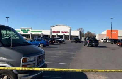 Οι τρεις άνθρωποι σκοτώθηκαν έξω από το σούπερ μάρκετ και ο δράστης βρίσκεται μεταξύ τους.