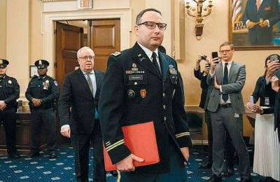 Ο αντισυνταγματάρχης Αλεξάντερ Βίντμαν προσέρχεται για να καταθέσει στην Επιτροπή Πληροφοριών της Βουλής των Αντιπροσώπων