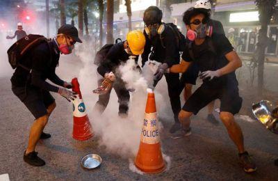 Ανά μικρές ομάδες, οι διαδηλωτές περίμεναν την άμπωτη πριν ανοίξουν τις σχάρες των υπονόμων και κατέβουν… στο άγνωστο