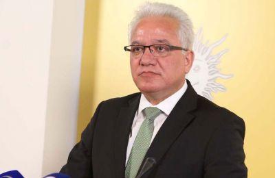 Διευκρινίζεται ότι η αρμοδιότητα να εγκρίνει το Υπουργικό Συμβούλιο την παραχώρηση άδειας οπλοφορίας έχει εκχωρηθεί εδώ και πολλά χρόνια στον Υπουργό Δικαιοσύνης και Δημοσίας Τάξεως.