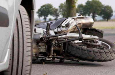 Κάτω από συνθήκες που διερευνώνται η μοτοσικλέτα διανομέα φαγητού συγκρούστηκε με διερχόμενο όχημα.