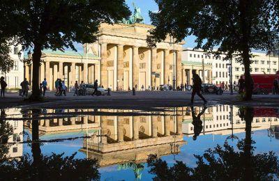 Η Πύλη του Βρανδεμβούργου αποτελεί ιστορικό τοπόσημο και σημείο αναφοράς για τους επισκέπτες του Βερολίνου. © AP Photo/Gero Breloer