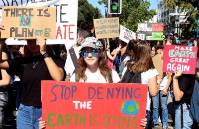 Το Youth for Climate Cyprus προτείνει κώδικα ενδυμασίας και καλεί τον κόσμο να προσέλθει φορώντας γραβάτες και οτιδήποτε άλλο συμβολίζει χρήματα.