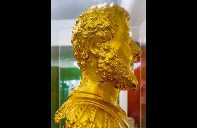 Το προφίλ της χρυσής προτομής του αυτοκράτορα Σεπτιμίου Σεβήρου στο Αρχαιολογικό Μουσείο Κομοτηνής.