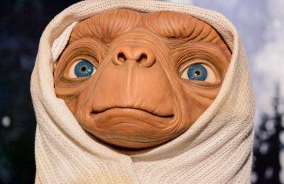 Για τη φετινή Μέρα των Ευχαριστιών, ο E.T. ο Εξωγήινος κατεβαίνει ξανά στη Γη και συναντά τον ενήλικο, πια, Έλιοτ, τον οποίο ερμηνεύει και πάλι ο Χένρι Τόμας