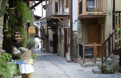Ξεκινήστε τις βόλτες σας από την πλατεία του χωριού, περάστε από τους νερόμυλους, επισκεφθείτε το Μουσείο «Ληνός» που βρίσκεται στην παλαιά Κακοπετριά.