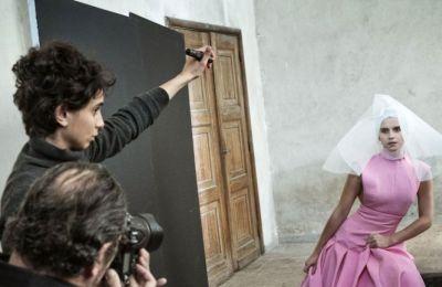 Η φωτογράφιση έγινε στην Ιταλία και συγκεκριμένα τη Βερόνα την γενέτειρα της Ιουλιέτας αλλά και στο Παρίσι- τη δεύτερη πατρίδα του Roversi.
