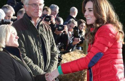 Επέλεξε ένα πολύ casual σύνολο, με κόκκινο puffer σακάκι πάνω από ένα πράσινο πουλόβερ