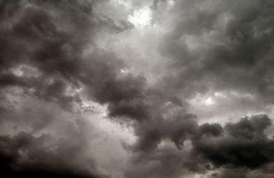 Την Κυριακή, περίοδοι µε κυρίως αίθριο καιρό θα εναλλάσσονται µε συννεφιά, ενώ αναµένονται µεµονωµένες βροχές, κυρίως το απόγευµα και το βράδυ.