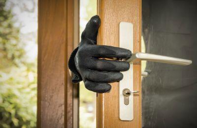 Μπήκαν από την απασφάλιστη συρόμενη πόρτα του σαλονιού, σύμφωνα με τα ευρήματα της Αστυνομίας