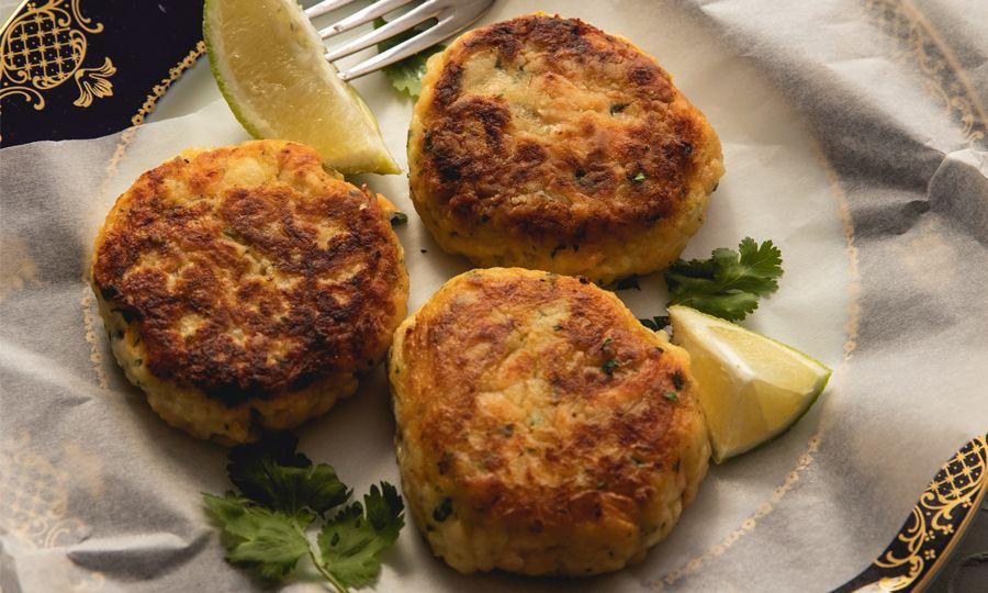 Σερβίρουμε με σαλάτα, φέτες λεμονιού και το ντιπ