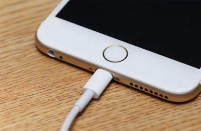 Ανυποψίαστοι χρήστες συνδέουν τις ηλεκτρονικές τους συσκευές σε θύρες ή καλώδια USB, τα οποία περιέχουν κακόβουλο λογισμικό.