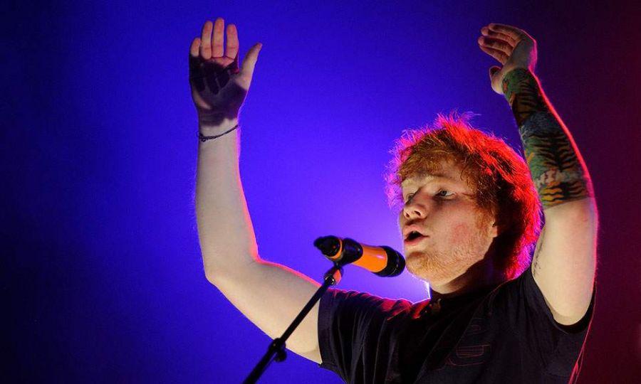Ο Βρετανός καλλιτέχνης, που έχει βραβευτεί με Grammy τέσσερις φορές, τιμήθηκε ακόμη με το «Επίσημο Βραβείο Κατάρριψης Ρεκόρ των Charts»