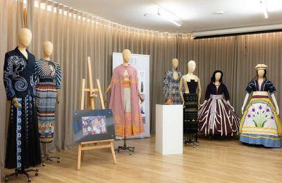 Στην πρόωρα χαμένη σχεδιάστρια μόδας Σοφία Κοκοσαλάκη ήταν αφιερωμένη η ημερίδα-έκθεση «Σύγχρονοι Μινωίτες: Ο κρητικός πολιτισμός, πηγή έμπνευσης», που πραγματοποιήθηκε στο Μουσείο του Λονδίνου.