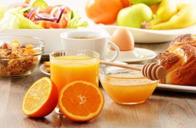 Η κυβέρνηση στη Βρετανία προσφέρει ένα εθνικό πρόγραμμα μεσημεριανού φαγητού αλλά δεν υπάρχει αντίστοιχο για το πρωινό