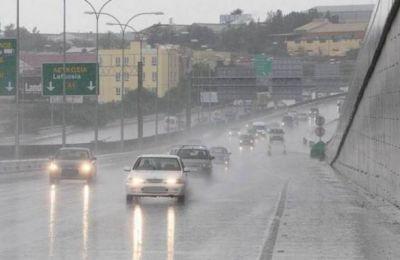 Λόγω των βροχοπτώσεων σε πολλές περιοχές, το οδόστρωμα είναι επικίνδυνο και καλούνται οι οδηγοί να είναι ιδιαίτερα προσεκτικοί.