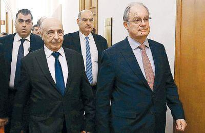 «Η κυβέρνηση της Τρίπολης ειναι όμηρος τρομοκρατών και ανδρείκελο της Τουρκίας», υπογραμμίζει ο πρόεδρος του λιβυκού Κοινοβουλίου, Ακίλα Σαλέχ Ισα (αριστερά).