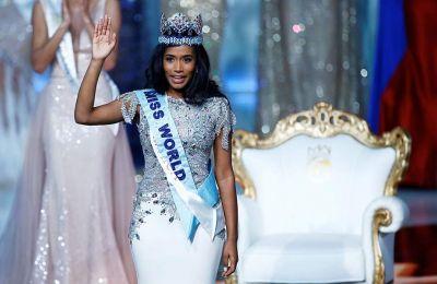 Με δάκρυα στα μάτια, η νέα Miss World 2019 είπε: «Νιώθω τιμή και ευγνωμοσύνη για αυτή την ευκαιρία, αλλά κυρίως σκέφτομαι το έργο που πρέπει να γίνει».