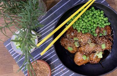 Το κοτόπουλο βγαίνει γευστικό με ένα γλυκό και πικάντικο γλάσο. Σερβίρουμε με ρύζι και μπιζέλια για ένα πλήρες γεύμα.