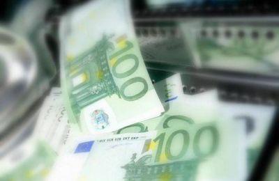 Εποπτεία των δύο επαγγελματικών ομάδων εισηγείται η Moneyval ενώ δίνει τα εύσημα σε τράπεζες