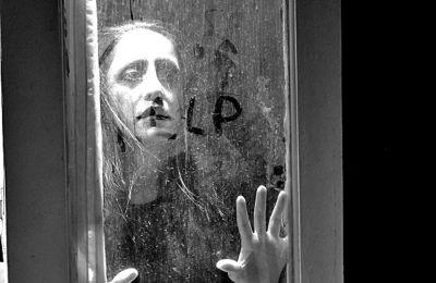 Οι αναφορές από το έργο του Λούις Κάρολ «Η Αλίκη στη Χώρα των Θαυμάτων» λειτουργούν αλληγορικά.