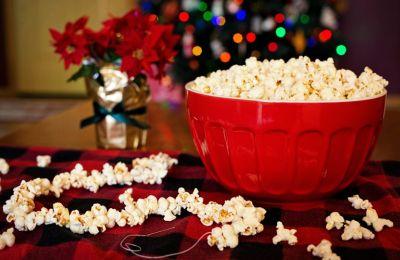 Το must και το Wiz Guide έβαλαν κάτω 8 must ταινίες των Χριστουγέννων και σου προτείνουν τον απόλυτο… γαστρονομικό συνδυασμό τους.