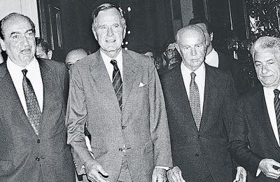 Καλοκαίρι 1991: Ο πρωθυπουργός Κ. Μητσοτάκης υποδέχεται τον πρόεδρο των ΗΠΑ Τζ. Μπους παρουσία του Προέδρου της Δημοκρατίας Κ. Καραμανλή και του γενικού γραμματέα της Προεδρίας της Δημοκρατίας