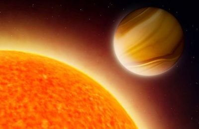 Και οι τρεις πλανήτες περιφέρονται πολύ κοντά στα άστρα τους, πολύ κοντύτερα από ό,τι βρίσκεται ο Ερμής σε σχέση με τον Ήλιο.