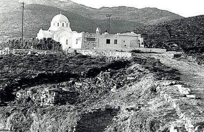 Η ανασκαφή στην Αγία Θέκλα, το 1979. Διακρίνονται τα υπολείμματα του θολωτού τάφου (κάτω) και η ομώνυμη εκκλησία.