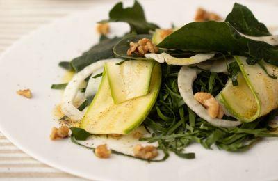 Υπέροχη και γιορτινή σαλάτα που ταιριάζει με όλα τα γιορτινά πιάτα εποχής.