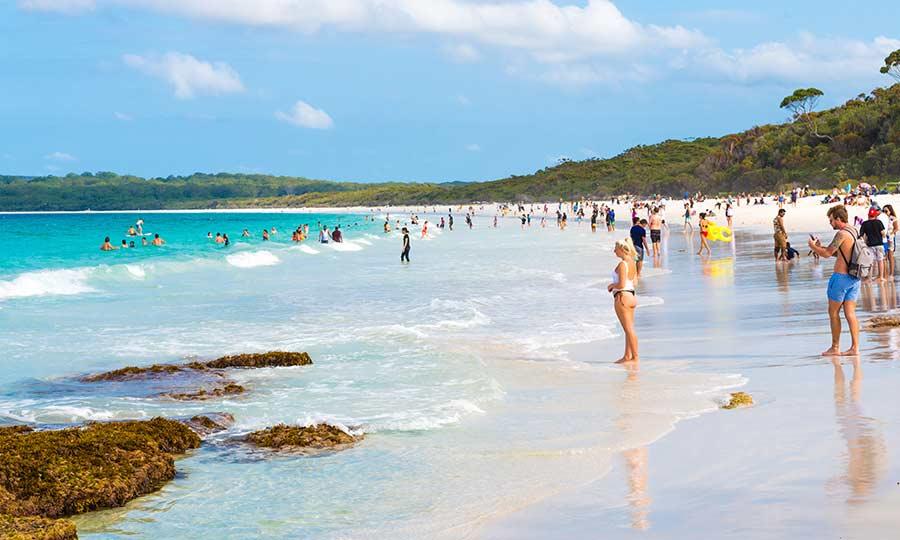 ΕΤΙΚΕΤΕΣ: Σε μια τυπική εβδομάδα ενός οποιουδήποτε άλλου Ιανουαρίου, οι τουρίστες θα στριμώχνονταν για να βρουν θέση για την πετσέτα τους