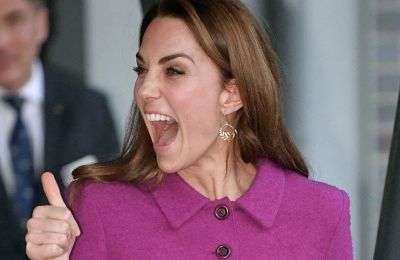 Η Kate Middleton ποζάρει χαμογελαστή στον φακό του Matt Porteous μπροστά από έναν ξύλινο φράκτη στο σπίτι της στο Norfolk