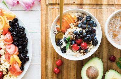 Προσθέστε ξηρούς καρπούς και σπόρους, σε σαλάτες και γεύματα, τα οποία θα ισορροπήσουν τα λιπαρά στον εγκέφαλό σας.