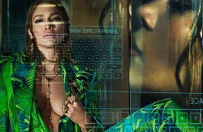 Βλέποντας την τεράστια επιτυχία του φορέματος, αποφάσισαν να το φέρουν ξανά στο προσκήνιο μέσα από την νέα καμπάνια του Versace