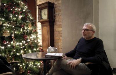 Στο δεύτερο βιβλίο του ο δημοσιογράφος και συγγραφέας Σταύρος Χριστοδούλου θέλησε να μιλήσει για τον τσαλακωμένο άνθρωπο, που τον όρισε μια άλλη εποχή.