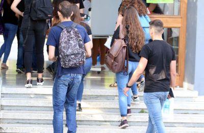 Η Αστυνομία συνέλαβε τον εκπαιδευτικό, ενώ εξέδωσε ένταλμα σύλληψης κατά του πατέρα, ο οποίος φέρεται να έσπρωξε τις μαθήτριες.