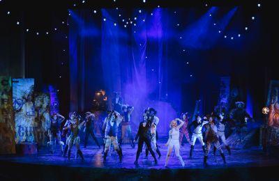 Εκπληκτικές χορογραφίες, ακροβατικά, θεαματικά κοστούμια, επιβλητικά σκηνικά, υπέροχες ερμηνείες 45 σπουδαίων ηθοποιών