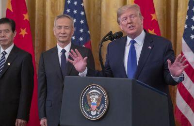 Στη συμφωνία προβλέπεται μεταξύ άλλων πως οι ΗΠΑ θα μειώσουν κατά το ήμισυ, δηλαδή στο 7,5%, τους δασμούς σε κινεζικά προϊόντα αξίας 120 δισ. δολαρίων.