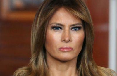 Ο Donald Trump έπιασε το χέρι της συζύγου του με εκείνη να απομακρύνεται, απωθώντας το