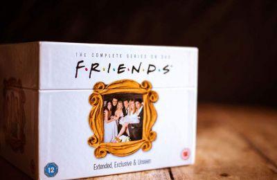 Το HBO Max αγόρασε τα δικαιώματα για «Τα Φιλαράκια» για πέντε χρόνια, ξεκινώντας από το 2020, έναντι 425 εκατομμυρίων δολαρίων