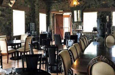 Ο χώρος διαθέτει τζάκι. Το εστιατόριο λειτουργεί ολόχρονα.
