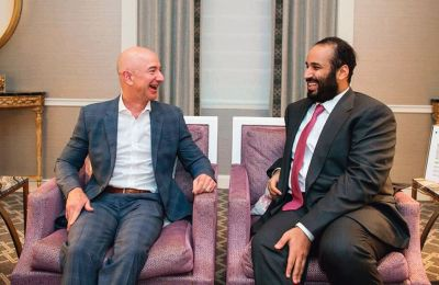O Τζεφ Μπέζος με τον πρίγκιπα της Σαουδικής Αραβίας, Μοχάμεντ Μπιν Σαλμάν τον Μάρτιο του 2018