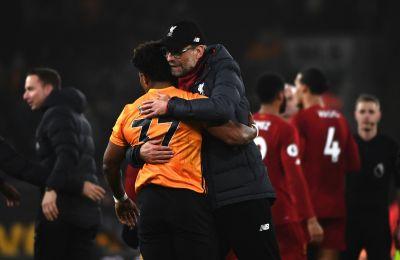 Ο Κλοπ αγκαλιάζει τον Τραορέ από το πρόσφατο παιχνίδι της Λίβερπουλ με την Γουλβς